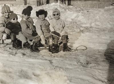 Barn på kjelke på plattformen på Finse stasjon
