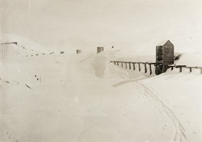 Nedsnødd snøoverbygg ved Thorbjørnstøl