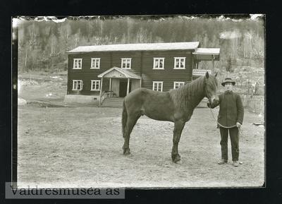 Georg Langedrag sammen med hesten sin på Langedrag