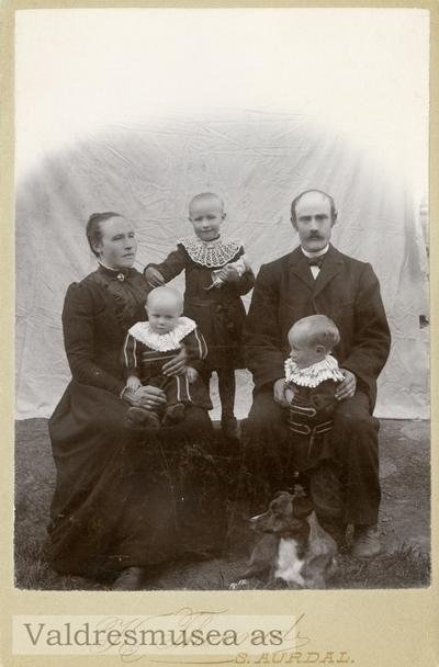 Familieportrett av Herman og Tonetta Leite