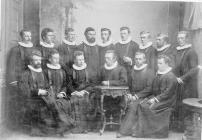 Gruppe på 15 prester med samarier og prestekrager