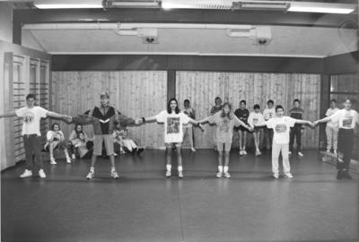 Elever i gymsalen på Hakadal ungdomsskole