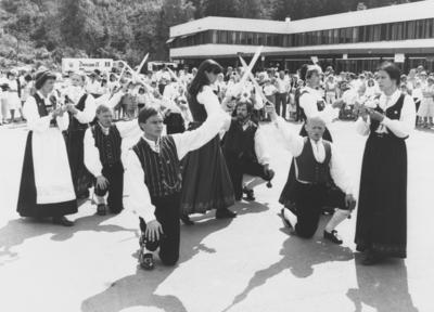 Folkedanslaget Kjerringa med staven danser på Li skole