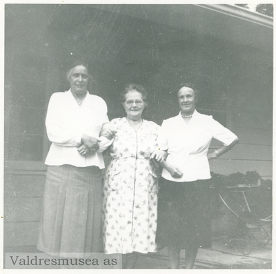 Inger Lineikro sammen med en ukjent kvinne og Inger Bertine Lundene i midten