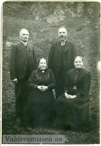 Portrett av Jacob Listrud med kona Dorthea samt Erlin Wold med kona Berit Lundal