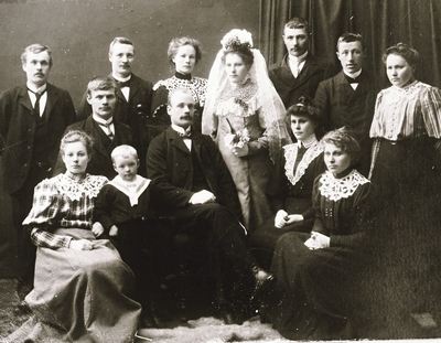 Brudepar sammen med slekt