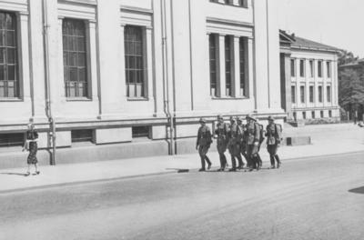 Tysk politipatrulje utenfor Universitetet på Karl Johans gate i Oslo