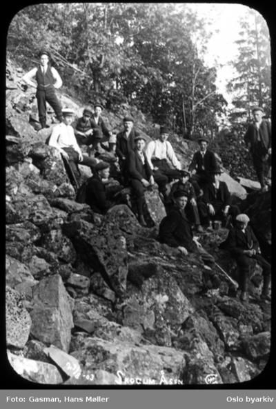 En gruppe menn på tur