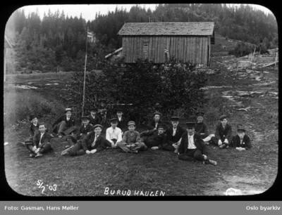 En gruppe menn og ungdommer poserer for fotografenved Burum i Bærum