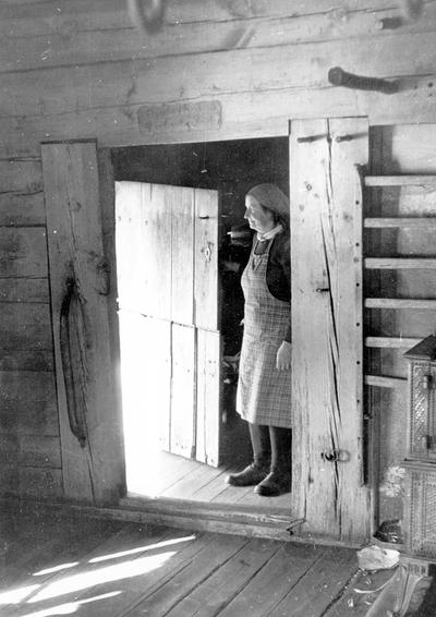 Kvinne stående i døråpning - Reppen i Nesheim