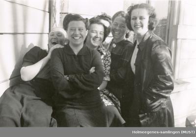 Seks kvinner på en balkong