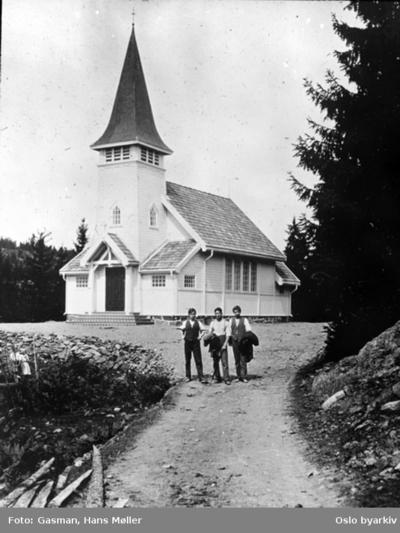 Tre menn foran Sollihøgda kapell