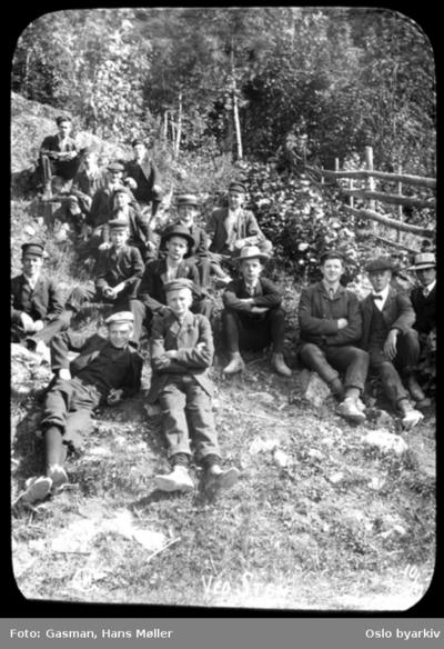 En gruppe menn og ungdom som slanger seg på gressbakken