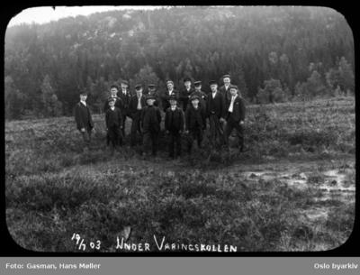 En gruppe menn og ungdommer som poserer for fotografen