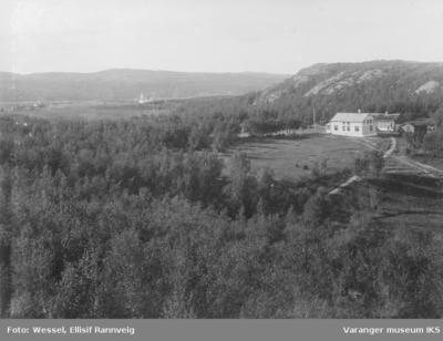 Prestegården i Kirkenes ses fra sydøst ved foten av Storhaugen