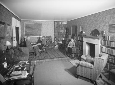 Skogass. Helge Holst, To interiør fra hjemmet i Jonsvannsveien 42.