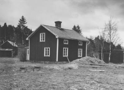 Enköping, Ringgårdarna, stadsägan 115, nordliga huset, mot söder, april 1957