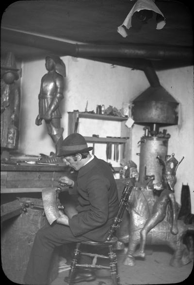 Art and Craft Biografiskt. Man i ateljé. Art and Craft. Låda 7. Ragnar Östbergs föreläsningsbilder