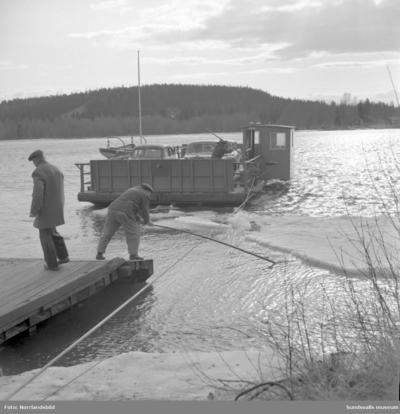 Isen ställer till problem för färjan till Skeppsholmen vid Lövudden.