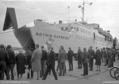 Finlandsfärjan Botnia Express i Sundsvalls hamn.