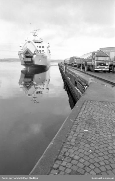 Finlandsfärjan Botnia Express anländer till Sundsvalls hamn 20.00 på kvällen.