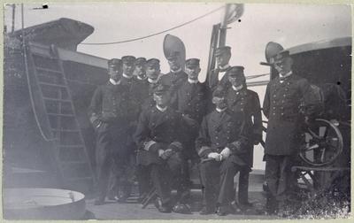 Från vänster: Främre raden: F.W. Lennman, avdelnings och fartygschef. G. Lagercrantz, Sekond. Mellersta raden: F.M Peyron, K.E. Rundgren, S.F. Lagerholm. U, Broman. J.A Kraft. Bortre Raden: A.H. af Petersens. J.G. Arpi. L.E. Arnelius, C.G. Engström. Flagg Adjungt