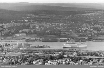 Vy från söder mot hamnen, Haga och Skönsberg. Finlandsbåten på väg in.