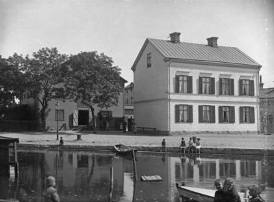 Kryddgårdsgatan 44 (vid Hamngatan), kvarteret Hovslagaren nr 5, Enköping, sett från väster