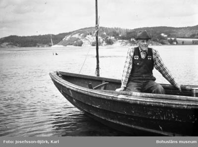 Historik om  Karl Hermansson, Cederslund Skredsvik.  Karl föddes 4 maj 1894 på Strandberget under Klingeröd.  Han var son till Axel Hilmer Hermansson och hans hustru Augusta Kristina.  Karl började arbeta i Göteborg på Sävenäs sågverk, det låg intill Kviberg. Lönen var 36 öre i timmen, Karl var inte länge här utan började på Lindholmen. Här skulle båtar målas och rustas för våren. Karl arbetade också på Stenpiren där han måste upp och sätta i flagglinan och klättrade då i vanter och salning vidare till toppen för att få linan genom blocket. Karl har sagt att han var rädd så han darrade. Sedan fick Karl arbete på båten Lysekil en av Marstrandsbolagets båtar, som trafikerade Göteborg - Marstrand - Brofjorden - Åbyfjorden. Karl som var yngst fick hålla ordning på allt gods som skulle av och på vid alla bryggor. Sedan var Karl hemma en tid och arbetade då på båtvarvet i Studseröd. Sedan följde fiske på Doggers bank. Färden ställdes först till Kristiansand för proviantering så begyntes resan till Doggern. Detta var 1914 då världskriget bröt ut, Tyskland och England var ju fiender. En natt blev de prejade av tyskarna, däcket blev fullt av militärer med bajonetter och gevär. Båten hade engelskt namn, detta hade ej blivit ändrat, det skulle ju stått Månsken men stod Moonlight, kaptenen lyckades med hjälp av sina papper och flagg samt knagglig tyska förklara att de var svenskar och fick fortsätta. Slaget vid Helgoland såg de på Nordsjön, det brakade och brann. Sedan vidtog exersisen vid Karlsborg, 1917 kom Karl hem från Karlsborg och arbetade åter en tid på Studseröds varv. Sedan reste Karl tillsammans med en broder till Norge, där de arbetade på ett skolhusbygge i Tönsberg. Efter en tid i Tönsberg sökte bröderna Hermansson arbete som valfångare, detta var 1921 och de kom med till Syd-Georgien. Lönen var i norsk valuta 53 öre mot svensk krona så det var förlust. Efter en tid här återvände Karl hem, det blev arbete som snickare och arbete på Studseröds- varvet. Karl bildade f