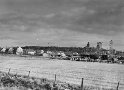 Enköping, kvarteren Beckasinen och Hägern, från hamnspåret, mot nordost