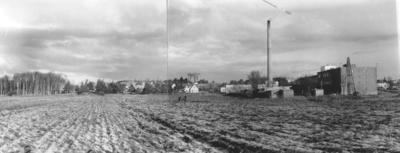 Enköping, panorama från kvarteret Talgoxen, mot norr. Provborrning respektive pålning i kvarteret Svalan, våren 1954