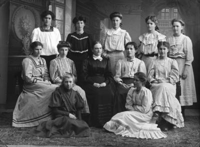 Grupp med lärare och flickor, atelje bild. Sissi Törnberg född Ekstedt sittande till vänster.