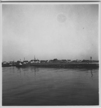 'Biologiska föreningens utfärd till Läsö och Nordre Rönner: ::  :: ''Vesterö hamn'', vy in mot land med hus, stenpir i förgrunden.. ::  :: Se fotonr. 2674-2734, 2687-2691, 2692-2711, 2714-2734, 2843-2863 och 2975 från samma utfärd.'