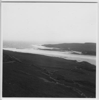 'Från ''Skageraks''-expeditionen till Hebriderna och Shetland: ::  :: Sundet Bressay - Noss, med bebyggelse synlig på sluttning ned till vattnet (förstorad version av foto nr 4113:44) ::  :: Ingår i serie med fotonr. 4113:1-82.'