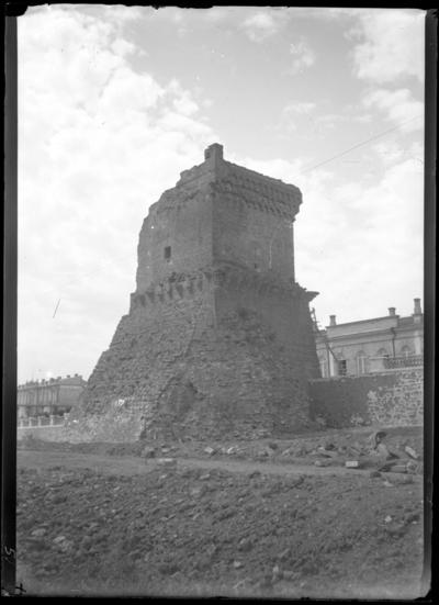 'I förgrunden ruin av en byggnad, ett torn. ::  :: Ingår i serie med fotonr. 5283:1-19. Se även fotonr. 5269-5292 med bilder från Stuxbergs resa till Kaukasien.'