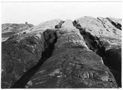 'Bildtext: ''Hin ondes harvedrag. Diabasgångar i gnejs. Saltholmen vid Nordkoster.'' Närbild på diabasgångar. ::  :: Fotonr. 7046:85-118 indelade som ''Geologiska bilder från Göteborgs- och Bohus län.'' Ingår i serie med fotonr. 7046:1-383, 7047:1-33 och 7048:1-67 med bilder från  Länsjägmästare John Lindners bildarkiv.'