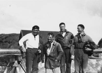På bilden ses besättningen på 6-S29 IAN, som i juni 1930 vid seglingar utanför Göteborg erövrade Guldpokalen; fr v t h ses Axel Karlander, Arvid Schulz (rorsman), Henry Lindström och Bengt Gedda. Om seglingarna, se Seglarbladet årg. 20 (1930) nr 13 s 121 ff; ett fotografi som uppenbart tagits vid samma tillfälle som Fo165154C finns återgivet i tidskriften s 125.