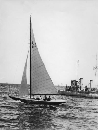 Från seglingarna utanför Sandhamn 11 juli 1928 om Guldpokalen, som 6-N26 FIGARO V vann. Till höger i bild torpedbåten CASTOR.