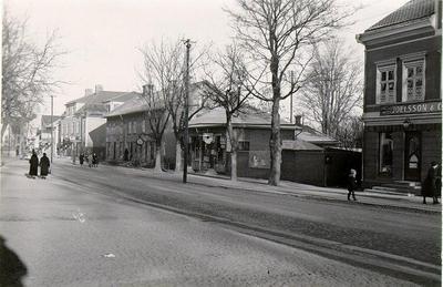 Kv. S:t Bernhard, S:t Olofsgatan 56-58. S:t Olofsgatan 56: Larssonska fastigheten före kooperativas byggnad där 1936, S:t Olofsgatan 58 i kv. Hjorten nedom Botvidsgatan.