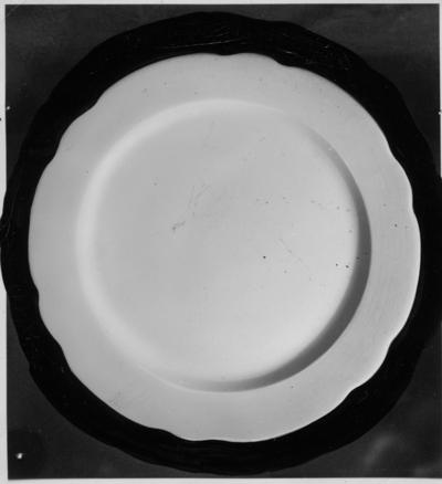 Fruktfat B-modell.  Gefle Porslinsbruk AB bildades 22 september 1910 av Gustav Holmström och skeppsredare Erik Brodin. 1911 kunde produktionen komma igång. 1913 ombildades företaget och bytte namn till Gefle Porslinsfabrik AB. 1979 lades fabriken ned.