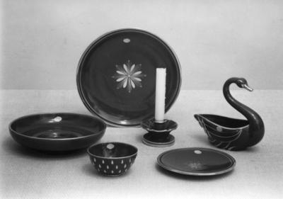 Dekor: Rubin, skaparen var chefdekoratör Eugen Trots, anställd på Gefle Porslin 1922-1963. Dekoren var i produktion 1940-1958, består av handmålade spridda guldornament på bränd rubinröd glasyr.  Prydnadssak Svan 1946-1957, höjd och längd 21x21 cm. (M. Willborg.) Ljusstake modell K 1931-1955, höjd 6 cm(A. Percy) Skål modell O 1930-1957, diameter 26 cm. (A Percy.) Fruktfat modell BW, 1941-1957 diameter 34 cm. Skål modell BZ 1939-1952 diameter och höjd 12,5x 6,5 cm. (A.Percy).