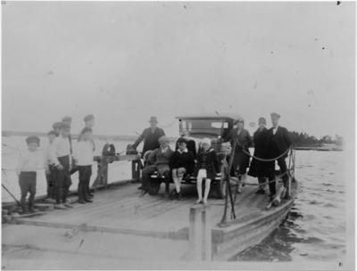 Hedesunda, Norra Färjsundet, Ett resande sällskap på färjan vid Norra Färjsundet på den tiden då stressen ej var uppfunnen.