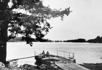 Hedesunda, Södra sundets färja vid Korsnäset 1925, Färjkarlen Per Olov Pettersson med son.