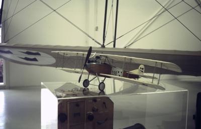 Modell av flygplan Albatros nummer 920 i Flygvapenmuseums utställningshall, 1988.