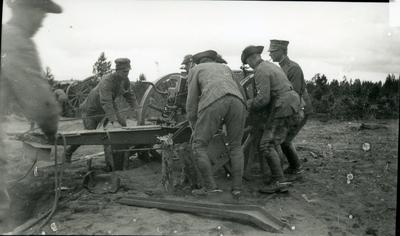 Kanon m/1902. 7,5 cm. Skjutning på bockar från B18
