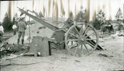 Kanon m/1902. 7,5 cm. Skjutning på bockar.