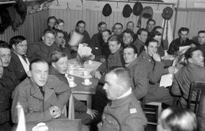 Militärer samlade för teaterföreställning i matsalen vid F 19, Svenska frivilligkåren i Finland.