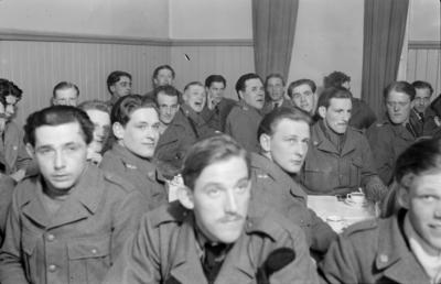 Militärer samlade för fika i matsalen vid F 19, Svenska frivilligkåren i Finland.