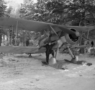 Flygförare vid flygplan Gloster Gladiator märkt gul I vid F 19, Svenska frivilligkåren i Finland.
