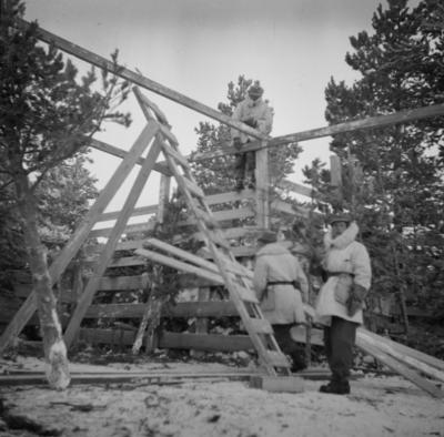 Bygge av flygplanvärn vid F 19, Svenska frivilligkåren i Finland. Tre militärer i arbete.